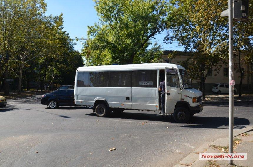 У Миколаєві маршрутка збила чоловіка на світлофорі - фото 2