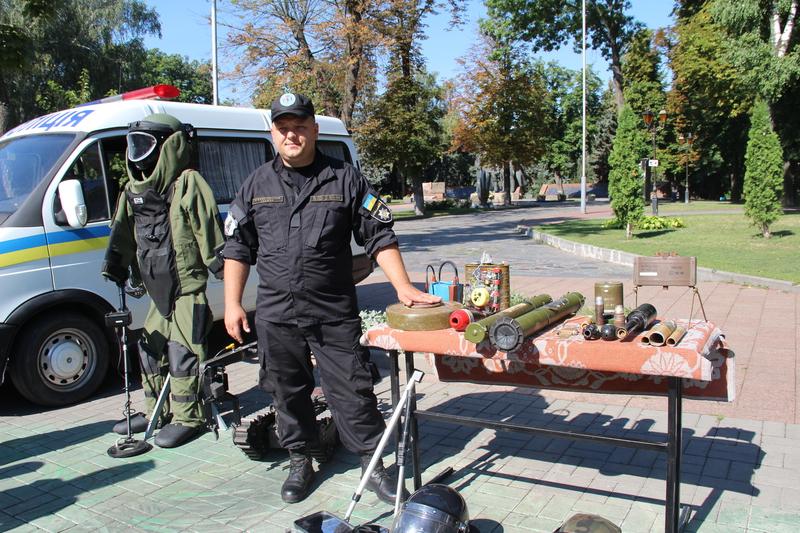 Вінницькі поліцейські привезли в центр Вінниці свій арсенал - фото 2