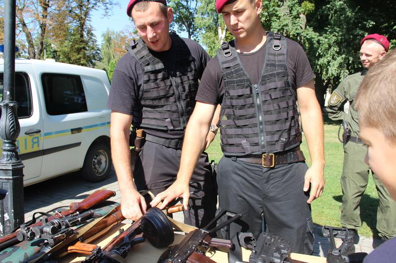 Вінницькі поліцейські привезли в центр Вінниці свій арсенал - фото 3