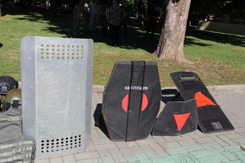 Вінницькі поліцейські привезли в центр Вінниці свій арсенал - фото 4