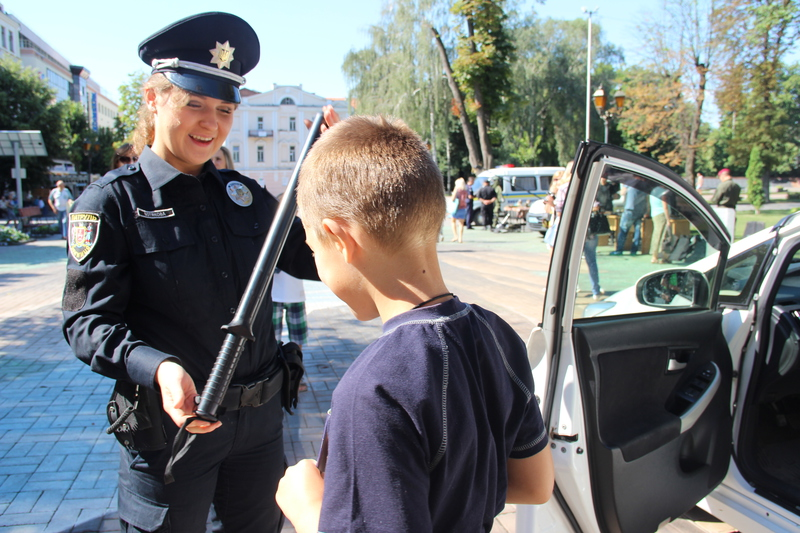 Вінницькі поліцейські привезли в центр Вінниці свій арсенал - фото 6
