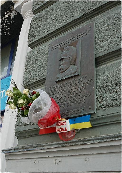 """З центру Вінниці місцеві жителі просять прибрати барельєф """"головного пацифікатора"""" - фото 1"""
