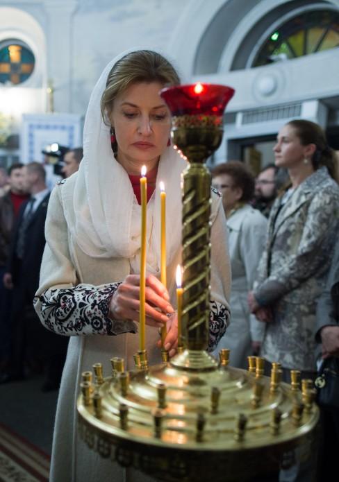 Президентське подружжя у Великодню ніч помолилося за Україну - фото 3