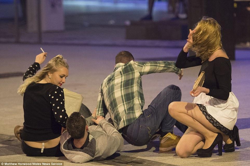 У Британії в останню п'ятницю перед Різдвом тисячі людей вчинили п'яні оргії  - фото 2