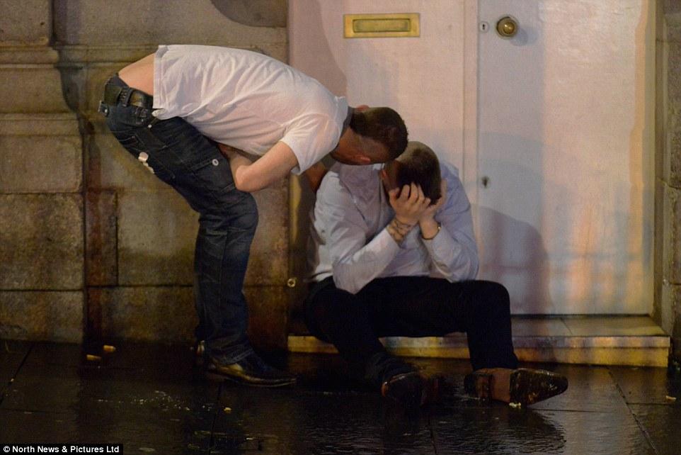 У Британії в останню п'ятницю перед Різдвом тисячі людей вчинили п'яні оргії  - фото 1