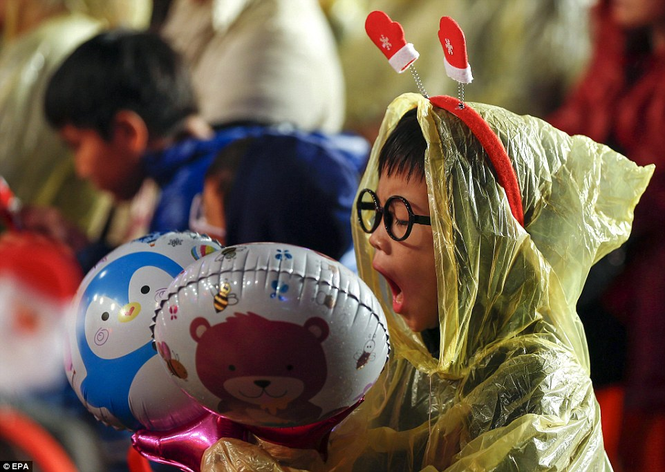 Різдво у світі: дівчата у бікіні, сотні співаючих Сант та меса у Ватикані - фото 6