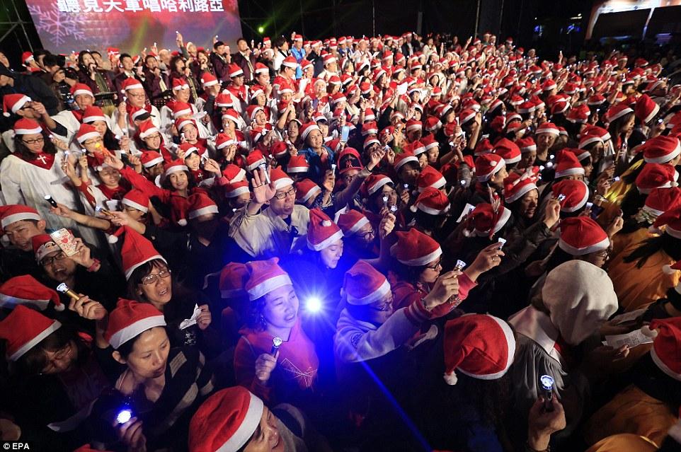 Різдво у світі: дівчата у бікіні, сотні співаючих Сант та меса у Ватикані - фото 4