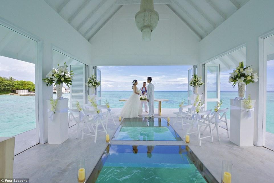 Як виглядає неймовірний павільйон для весіль на Мальдівах із прозорою підлогою  - фото 2