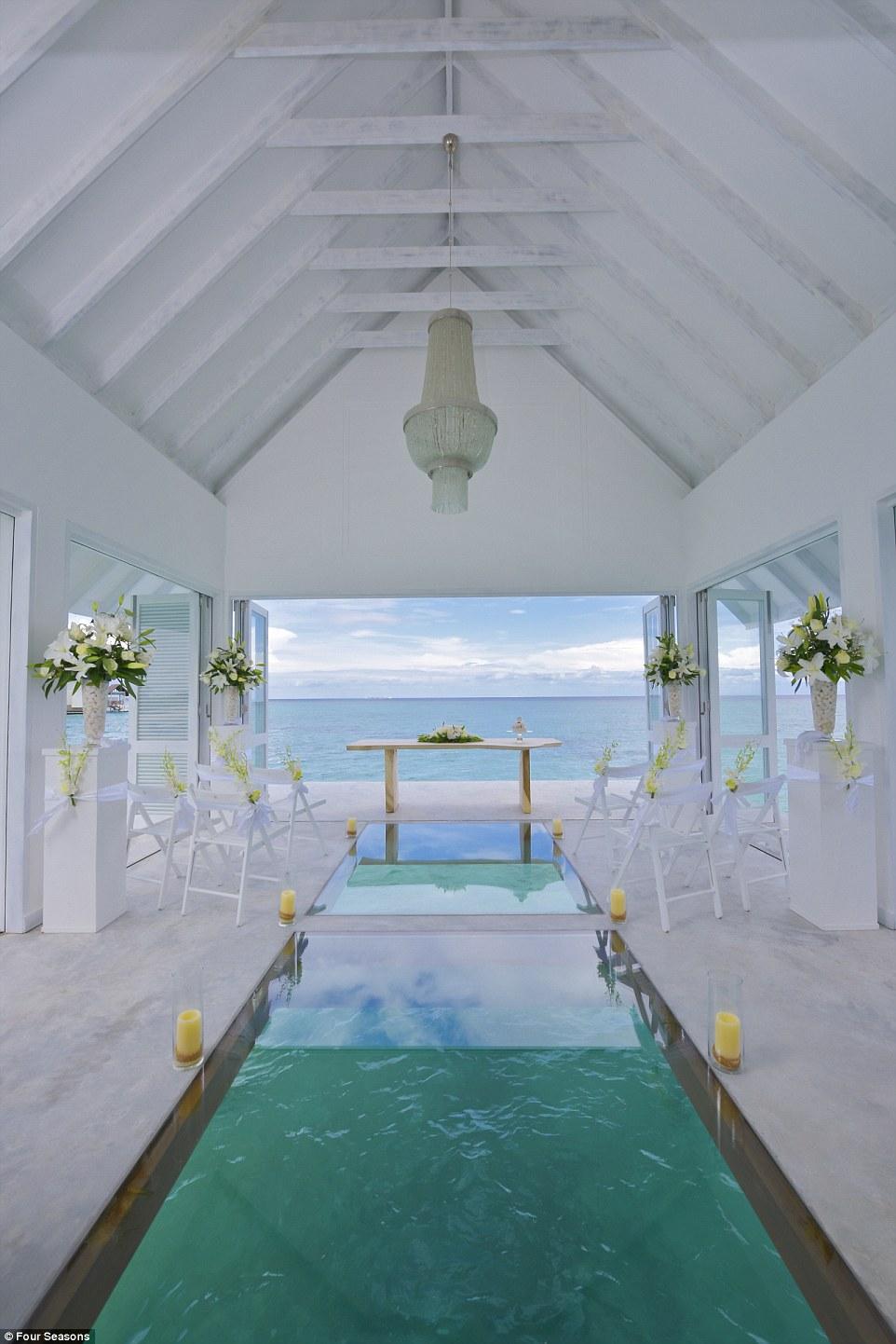 Як виглядає неймовірний павільйон для весіль на Мальдівах із прозорою підлогою  - фото 4