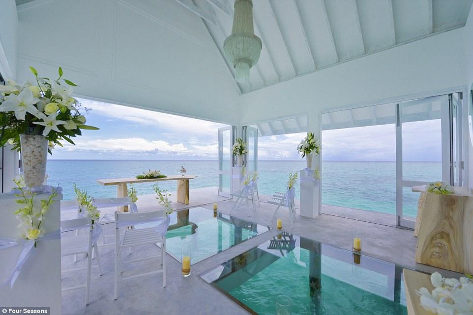 Як виглядає неймовірний павільйон для весіль на Мальдівах із прозорою підлогою  - фото 3