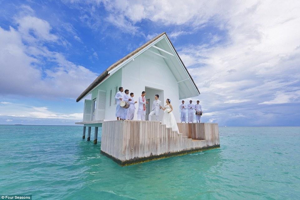 Як виглядає неймовірний павільйон для весіль на Мальдівах із прозорою підлогою  - фото 1