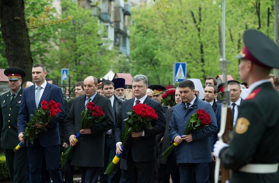 Перші особи держави вшанували ліквідаторів та жертв Чорнобильської катастрофи - фото 2