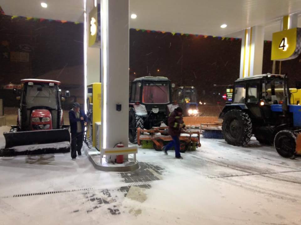 Київ завалило снігом. Водіїв просять утриматися від поїздок - фото 2