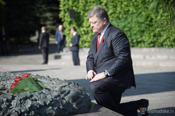 Порошенко на колінах та молитва за Україну: Як у Києві святкують 9 травня - фото 3