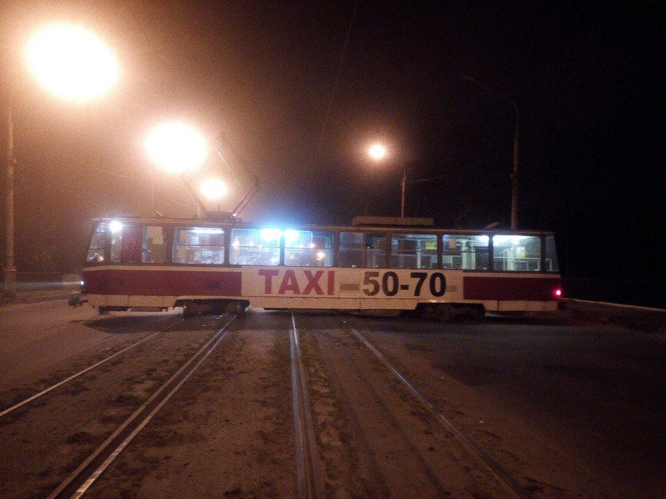 У Харкові трамвай злетів із рейок та перекрив вулицю - фото 1