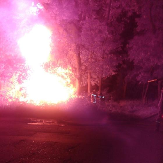 У Харкові разом із водієм посеред вулиці згорів автомобіль - фото 1