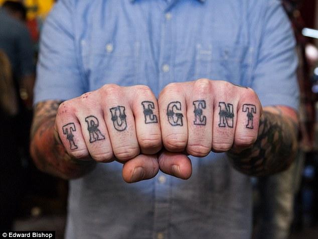 Як еволюціонували татуювання на пальцях: від сендвіча до справжнього кохання  - фото 7