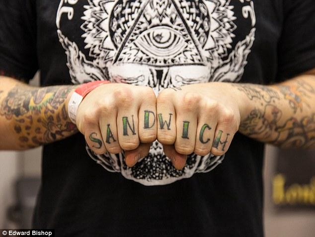 Як еволюціонували татуювання на пальцях: від сендвіча до справжнього кохання  - фото 2