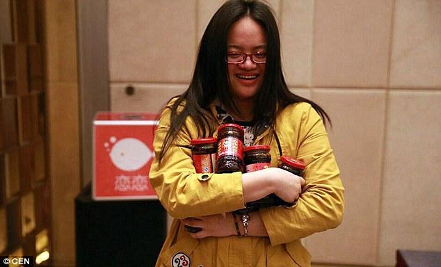 В Китаї співробітникам однієї компанії щорічний бонус видали секс-ляльками - фото 2