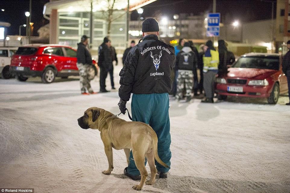 Як фінські нацисти патрулюють вулиці, щоб захищати жінок від мігрантів - фото 2