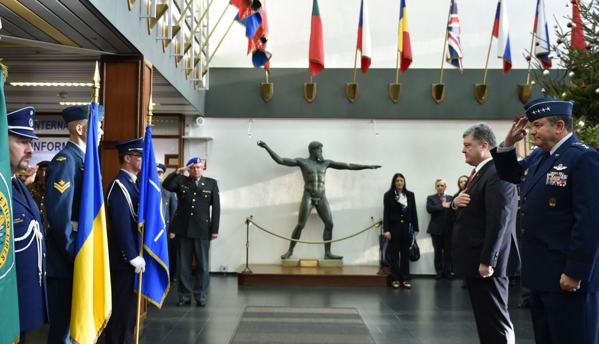 Порошенко вперше навідався до Штабу НАТО у Брюсселі - фото 2