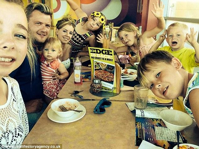 Як виглядає 33-річна мати шістьох дітей, яка одягається як підліток  - фото 4
