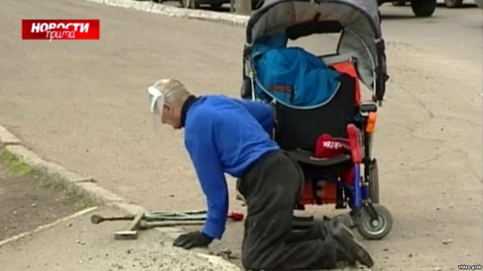 На Росії інвалід цілий день трощив молотком бордюр, щоб проїхати до лікарні - фото 1