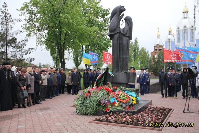 Вінничани вшанували чорнобільців ходою та покладанням квітів - фото 2