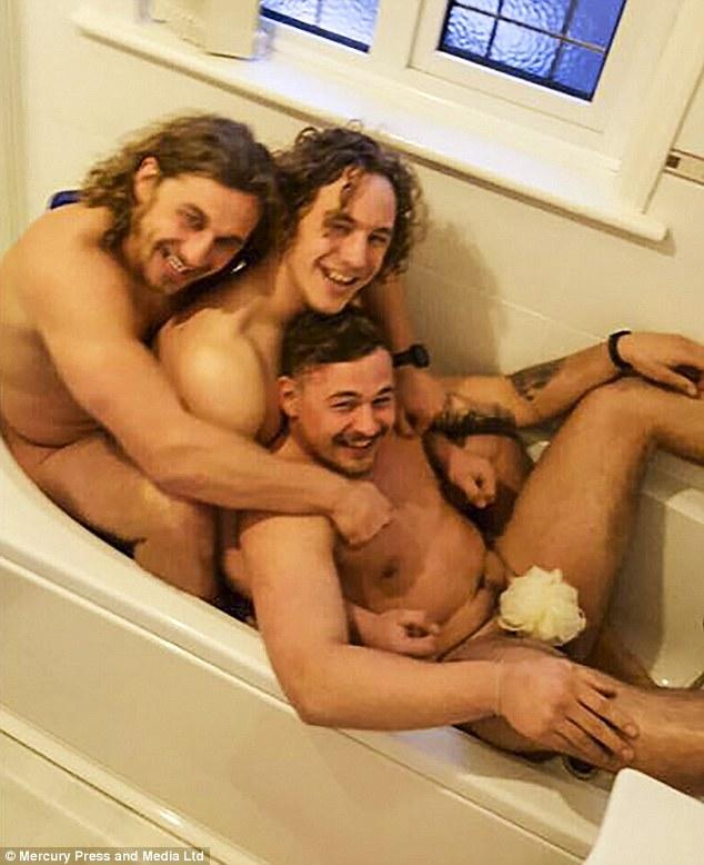 Брати, які відтворили архівне фото у ванні 20-річної давнини, підірвали мережу  - фото 2