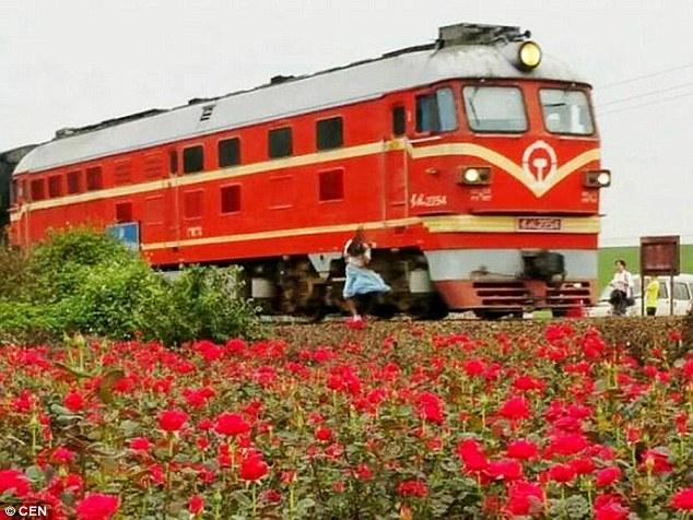 Як Китаї жінку, яка робила селфі, насмерть збив поїзд  - фото 1