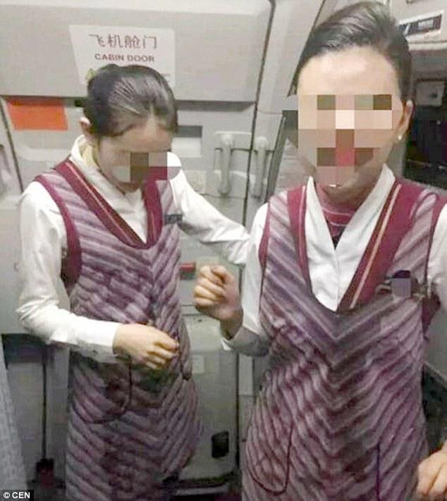 Пасажир залив водою двох стюардес, помстившись за їхню неуважність  - фото 1