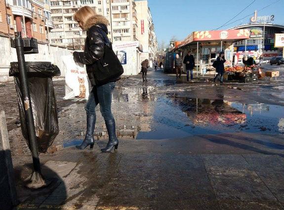 У Києві вихід зі станції метро перетворився на гігантську калюжу  - фото 2