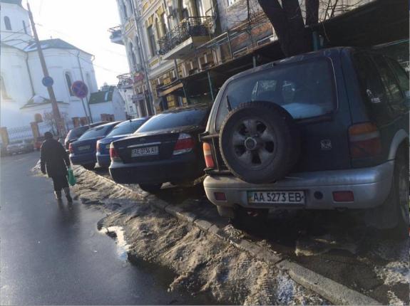 У Києві ціла група водії-жлобів витіснили пішоходів з тротуару - фото 1