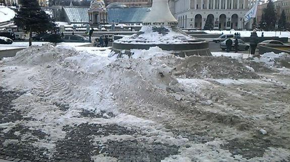 Як столичні комунальники знущаються над засніженим Хрещатиком  - фото 4