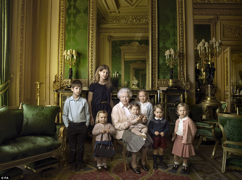 Як старіє Єлизавета ІІ: найяскравіші фото від дитинства і до сьогодні  - фото 29