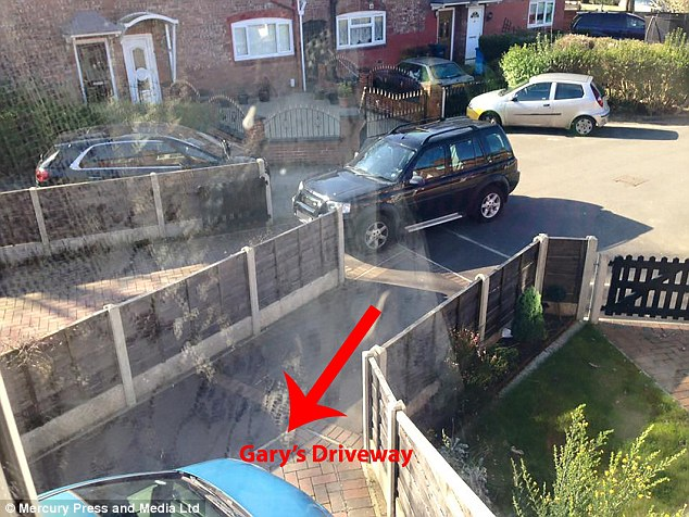Далекобійний колекціонує фото авто, які блокують проїзд до його будинку - фото 2