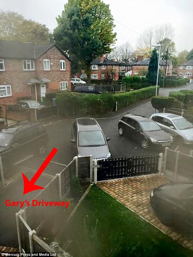 Далекобійний колекціонує фото авто, які блокують проїзд до його будинку - фото 1