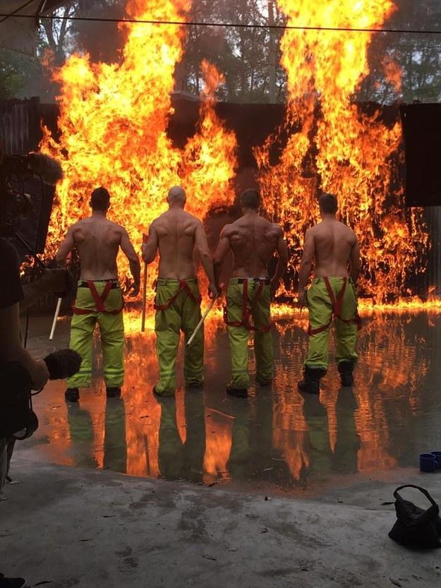 Сексуальні пожежники із милими цуценятами підірвали інтернет  - фото 1