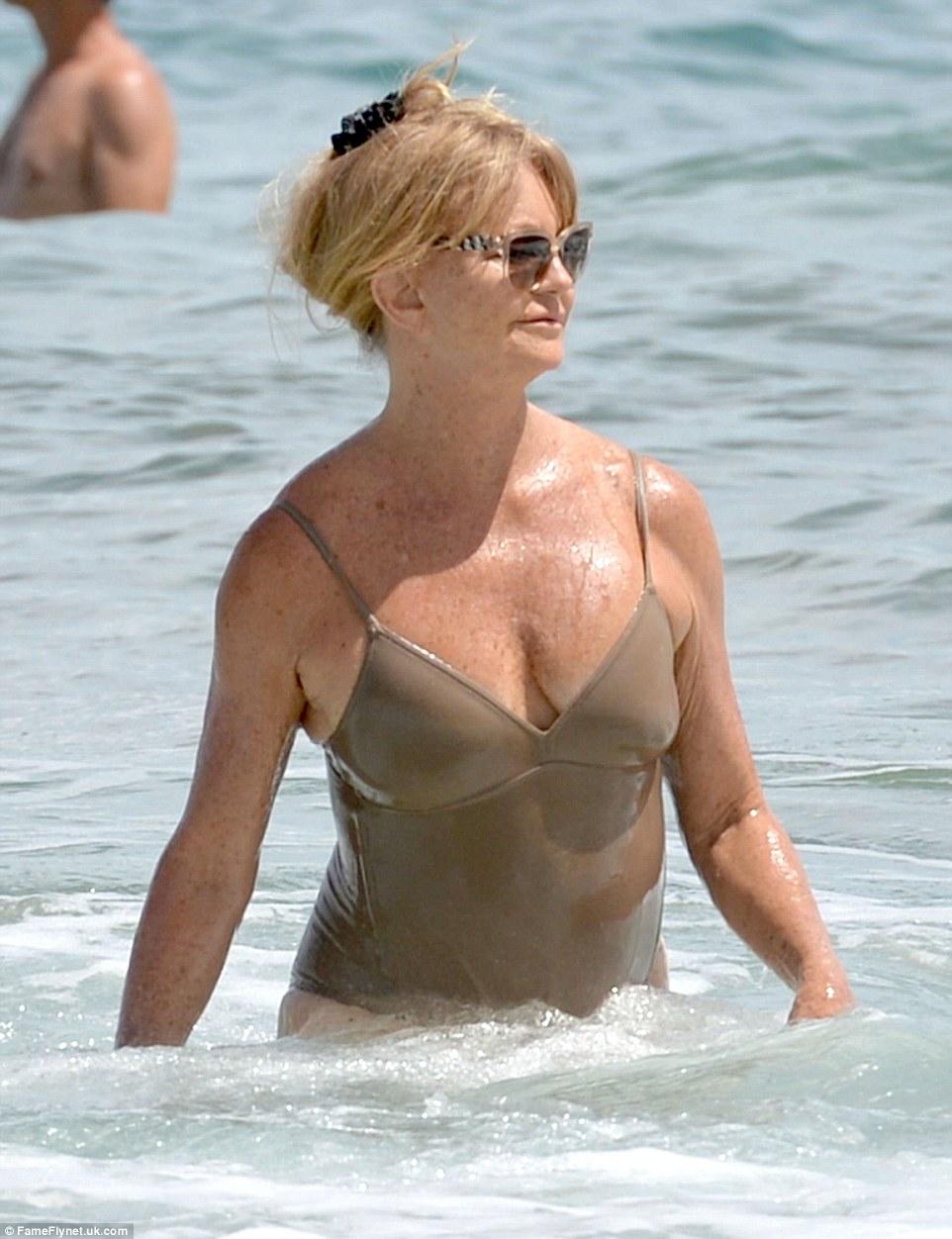 70-річна акторка похизувалася фігурою у купальнику - фото 3
