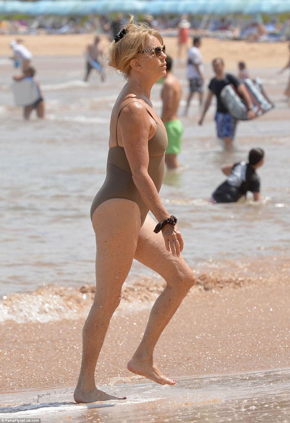 70-річна акторка похизувалася фігурою у купальнику - фото 4