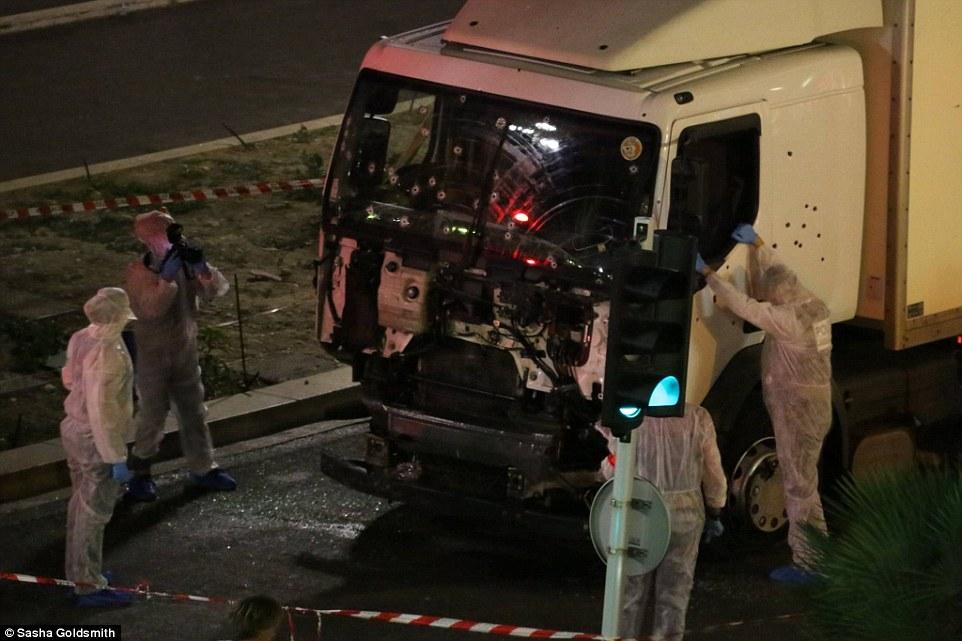 Як поліція зрешетила кулями вантажівку-вбивцю у Ніцці - фото 1