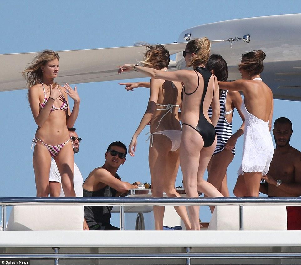 Як моделі Victoria's Secret розважалися на яхті - фото 2