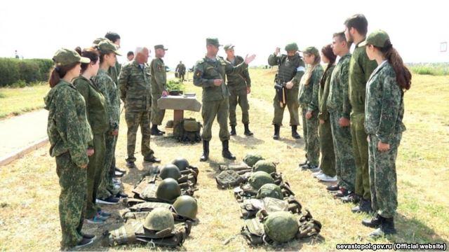 У Криму окупанти вчили стріляти з Калашниковав школярів - фото 1