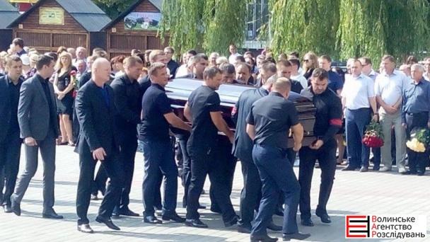На похорон Єремеєва прийшли до тисячі людей (ФОТОРЕПОРТАЖ) - фото 1