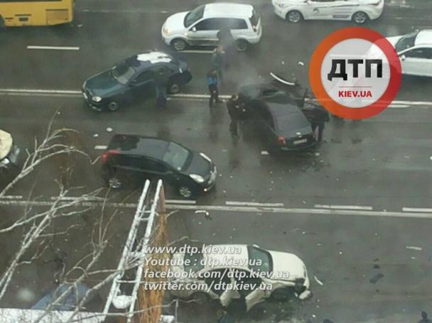 У Києві фіскал-хабарник влаштував масштабну ДТП, тікаючи від силовиків - фото 2