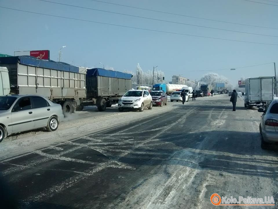 У Полтаві розлючені бійці АТО заблокували трасу Київ-Харків - фото 1