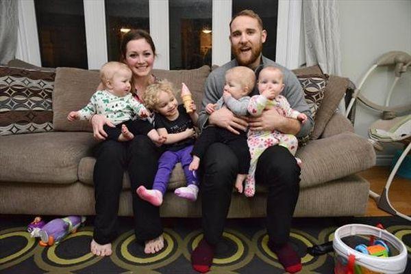 Батько 8-місячних трійнят та 2-річної доньки побив мамин рекорд із перевдягання  - фото 1