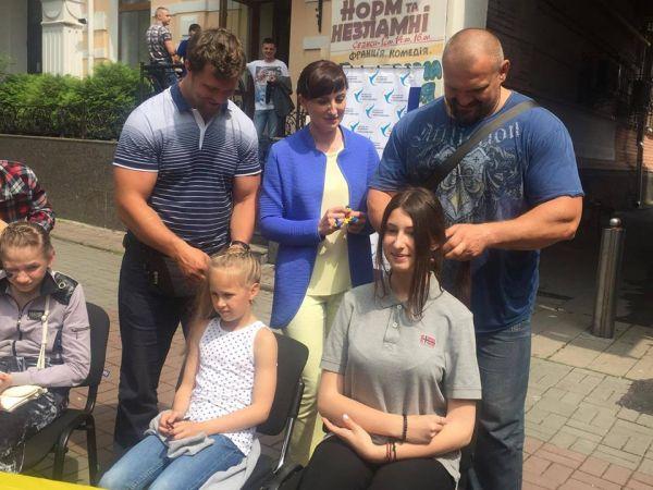 Як стронгмен Вірастюк заплітав коси вінницьким дівчатам - фото 1