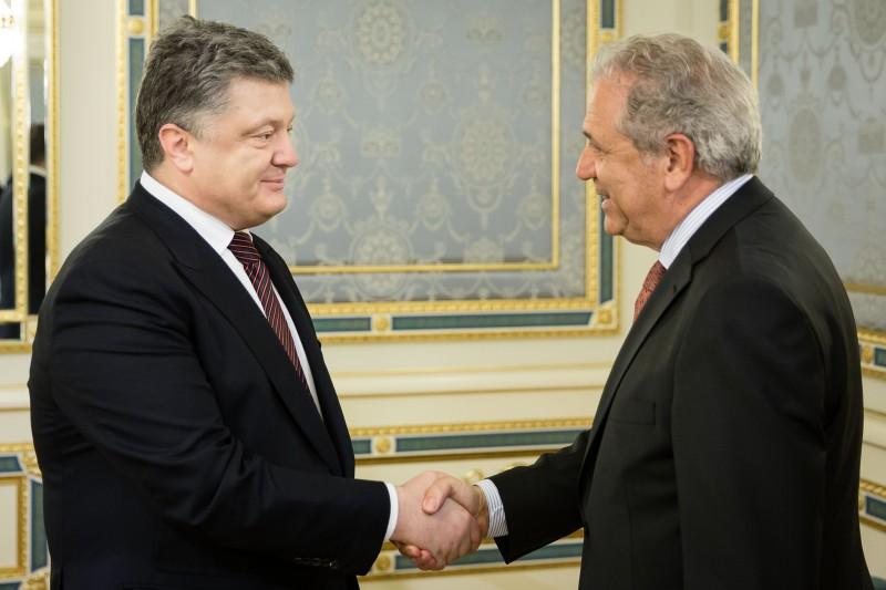 """Порошенко обговорив з комісаром ЄС """"швидке схвалення"""" безвізового режиму - фото 1"""