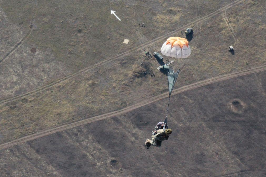 На Миколаївщині сотні десантників-резервістів стрибнули з парашутом - фото 2